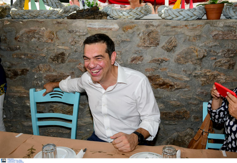 Αλέξης Τσίπρας: Στο Λαύριο για ουζάκι με τους δημοσιογράφους | tlife.gr