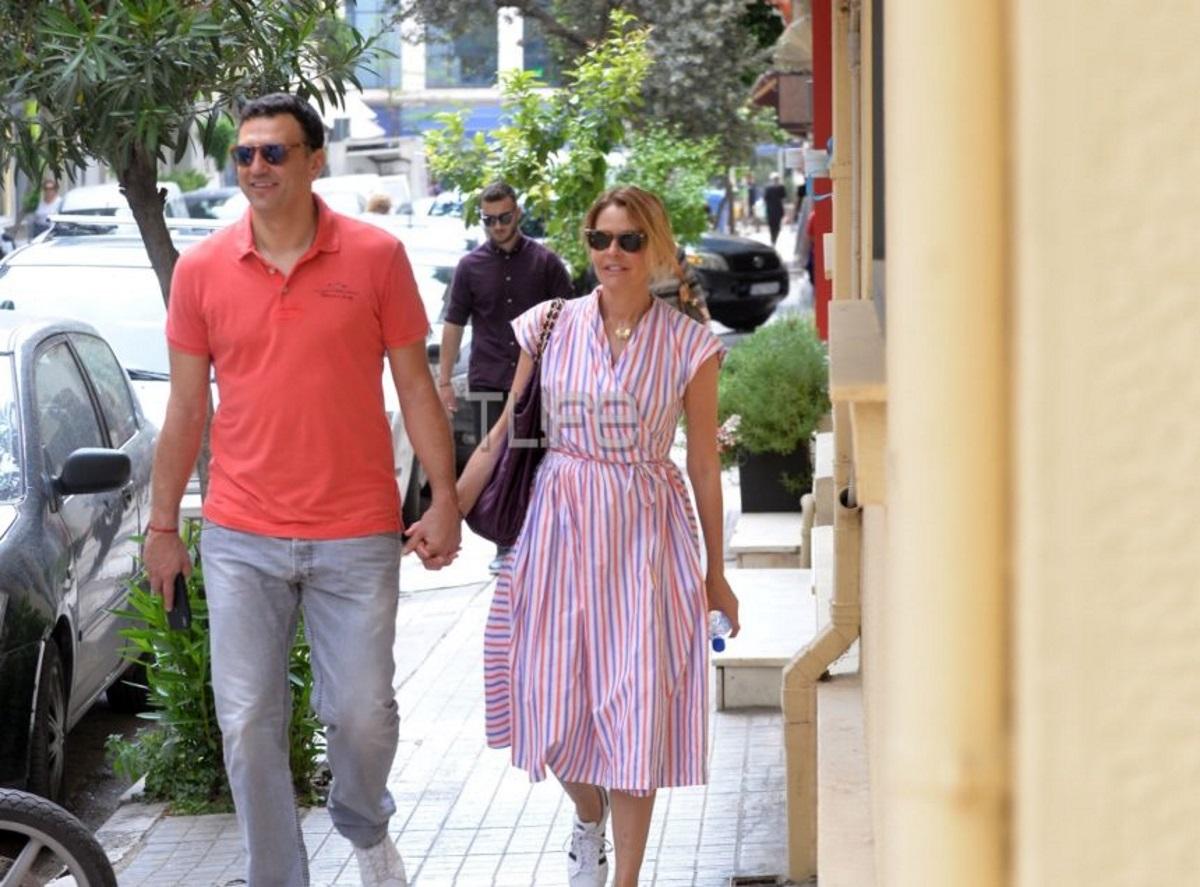 """Τζένη Μπαλατσινού: Ποζάρει στην αγκαλιά του Βασίλη Κικίλια και μαζί εύχονται """"καλό μήνα"""""""