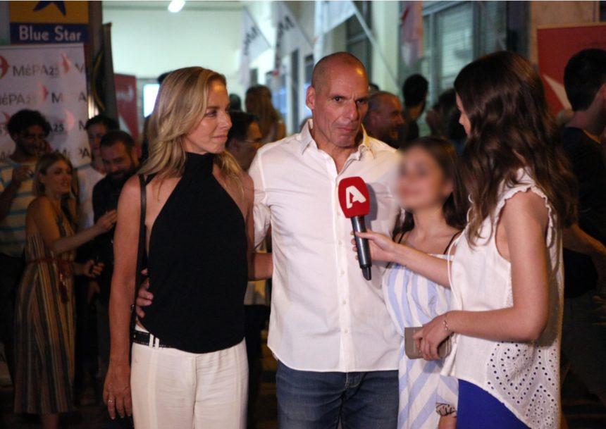 Γιάνης Βαρουφάκης: Πανηγύρισε με την Δανάη Στράτου και την κόρη του τη νίκη στις εκλογές! | tlife.gr