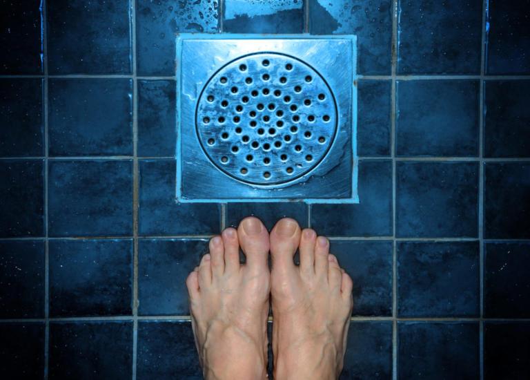 Μην πατάς ξυπόλυτη στο μπάνιο! Δες γιατί