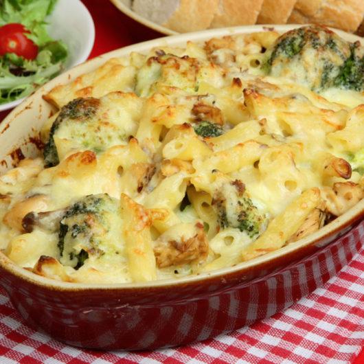 Ζυμαρικά στον φούρνο με μπρόκολο και τυριά | tlife.gr
