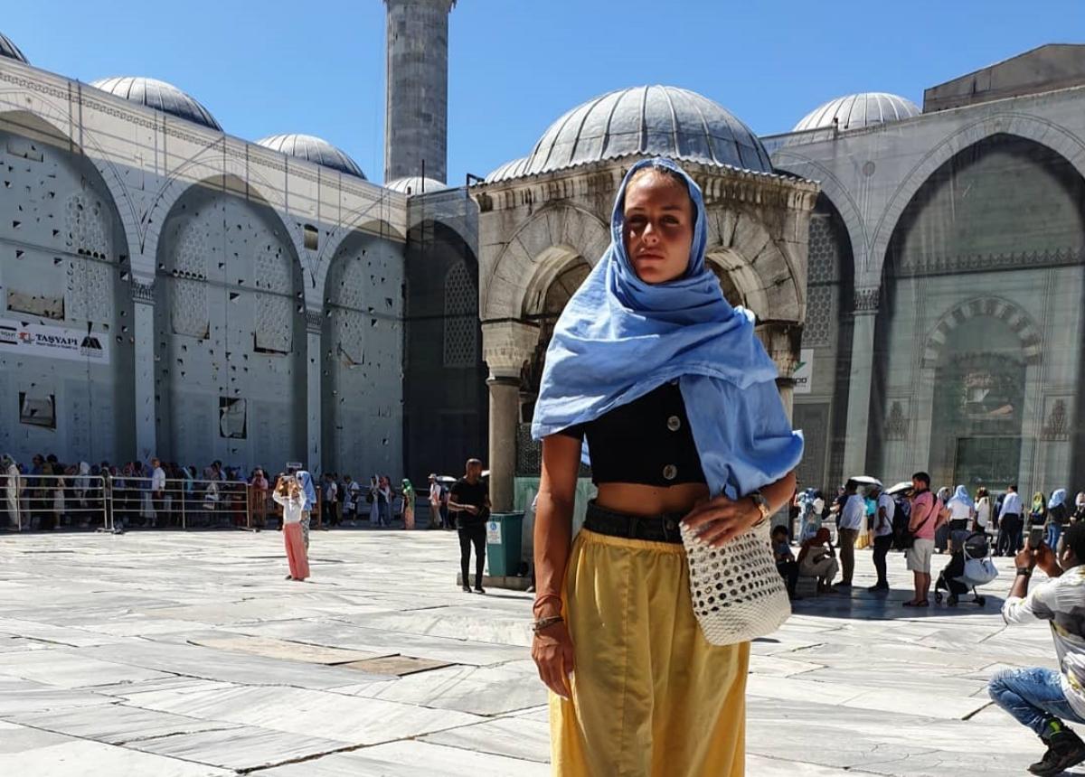 Θύελλα αντιδράσεων για την Κατερίνα Δαλάκα – Εμφανίστηκε με μαντίλα στην Κωνσταντινούπολη