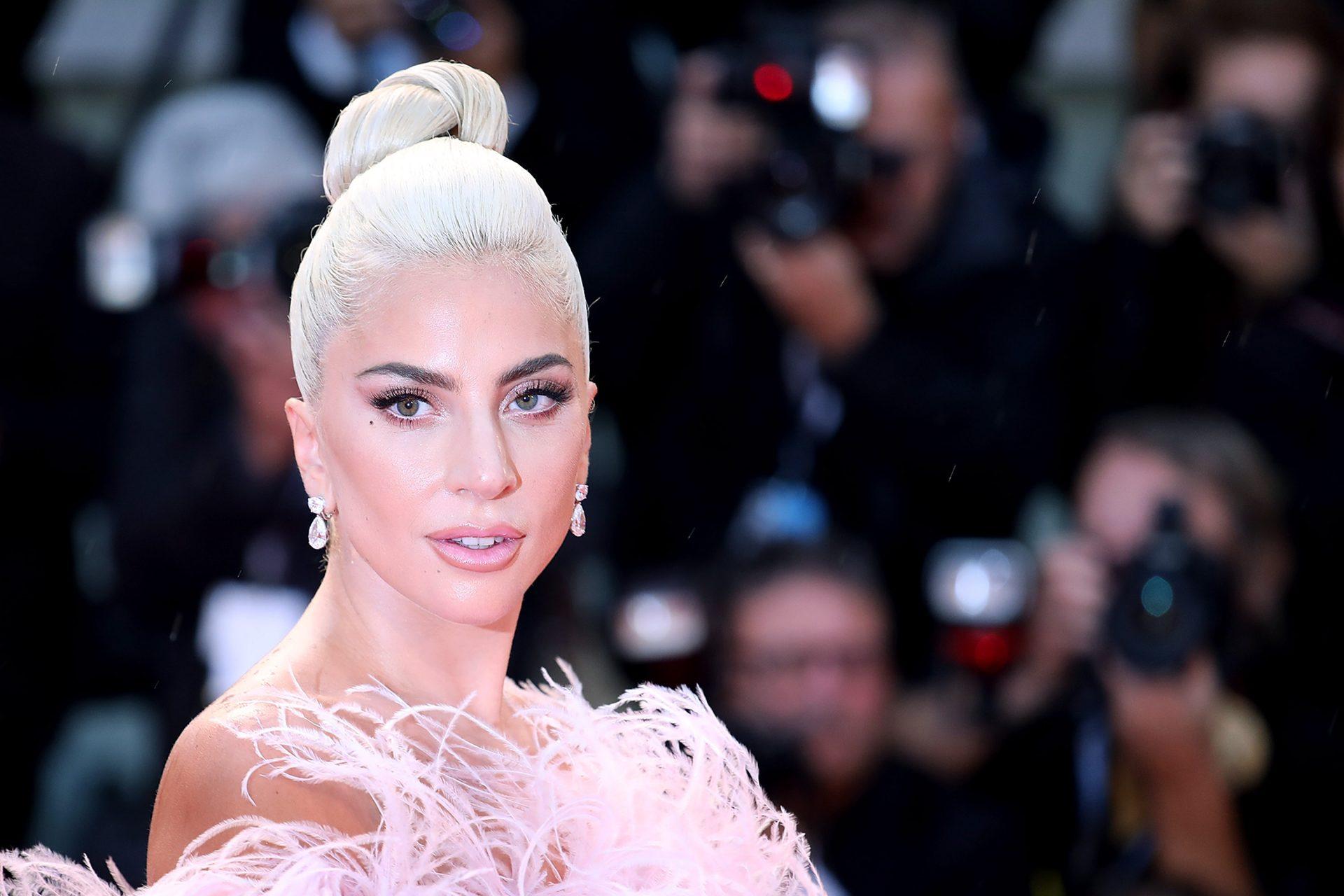 Ποιος Bradley Cooper; Τα καυτά φιλιά της Lady Gaga με το νέο αμόρε!