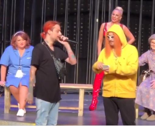 Όταν ο Sin Boy συνάντησε στο θέατρο τον Sin Boy… Μάρκο Σεφερλή! Απολαυστικό βίντεο | tlife.gr