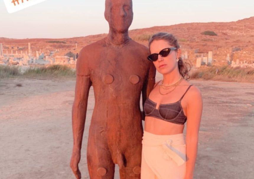 Ευγενία Νιάρχου: Ταξίδι στη Δήλο για την έκθεση του διάσημου γλύπτη Antony Gormley! | tlife.gr