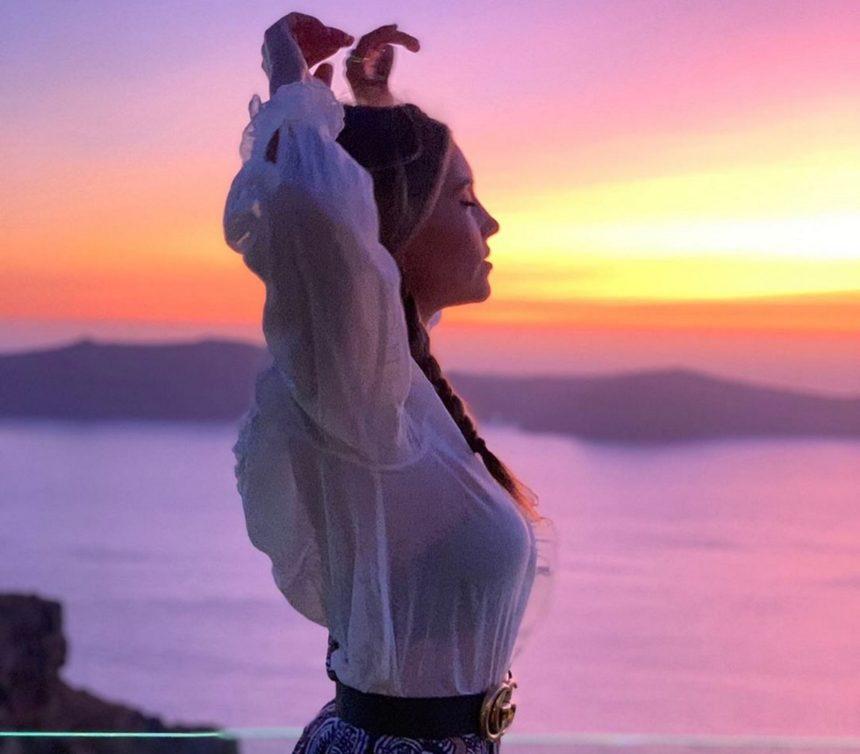 Αθηνά Οικονομάκου: Ποζάρει χωρίς ίχνος μακιγιάζ και με κόκκινο μπικίνι και μας δείχνει το άψογο σώμα της! [pics]