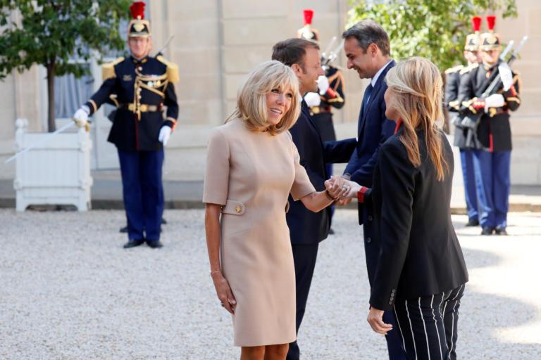 Brigitte Macron: Αυτός είναι ο λόγος που χαιρέτησε με το αριστερό χέρι την Μαρέβα Μητσοτάκη! [pics]   tlife.gr