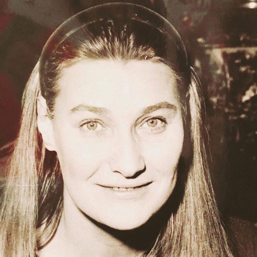 Carla Bruni: Η εκπληκτική ομοιότητα με την μητέρα της και η απίστευτη ιστορία της με τον βιολογικό πατέρα της!