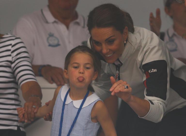 Η πριγκίπισσα Σάρλοτ έβγαλε γλώσσα στους Βρετανούς και… αποθεώθηκε! [video]   tlife.gr