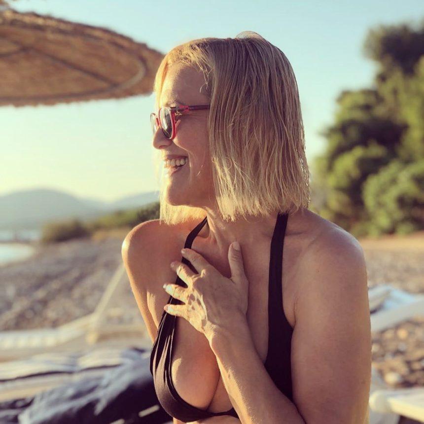 Κωνσταντίνα Μιχαήλ: Στα 52 της ποζάρει με μαγιό και είναι απλά υπέροχη! [pics] | tlife.gr