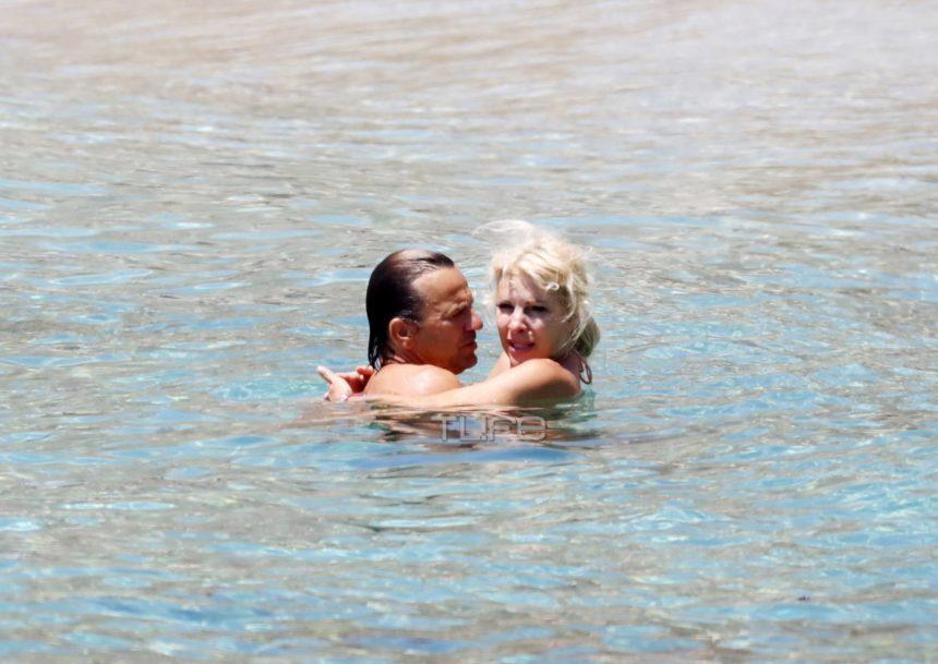 Ελένη Μενεγάκη - Ματέο Παντζόπουλος: Τρυφερά φιλιά και αγκαλιές στη θάλασσα! [pics]