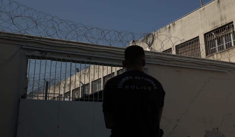 Aυτοκτόνησε φρουρός στις φυλακές Κορυδαλλού μπροστά στα μάτια των συναδέλφων του | tlife.gr