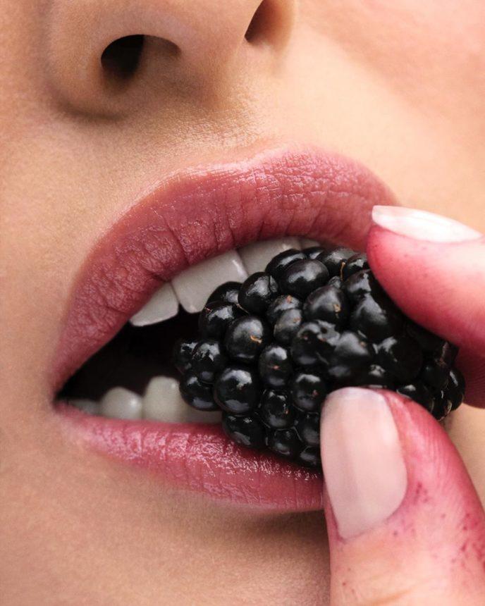 Take all my money! Τα Glossier έβγαλαν νέο lip balm βατόμουρο! | tlife.gr