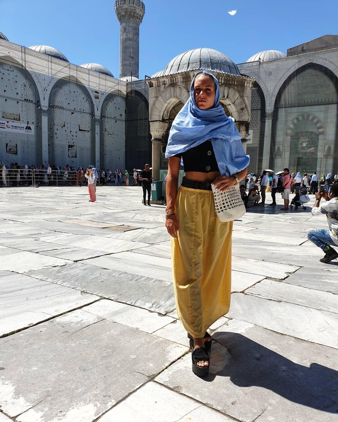 Θύελλα αντιδράσεων για την Κατερίνα Δαλάκα - Εμφανίστηκε με μαντίλα στην Κωνσταντινούπολη
