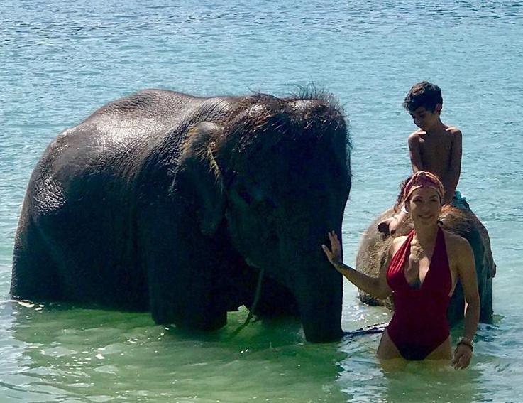 Μαριάντα Πιερίδη: Κολυμπάει μαζί με ελέφαντες και το απολαμβάνει! ΒΙΝΤΕΟ | tlife.gr