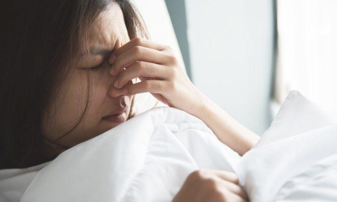 Πονοκέφαλος: Γιατί δεν πρέπει να πέφτετε για ύπνο … μαζί του; | tlife.gr