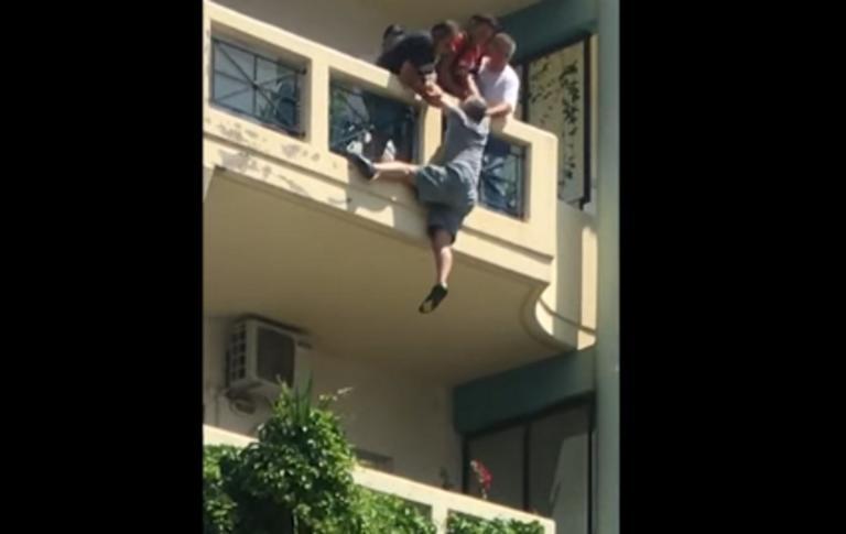 Ξάνθη: Ο ήρωας που έσωσε άνδρα που κρεμόταν από το μπαλκόνι! video | tlife.gr