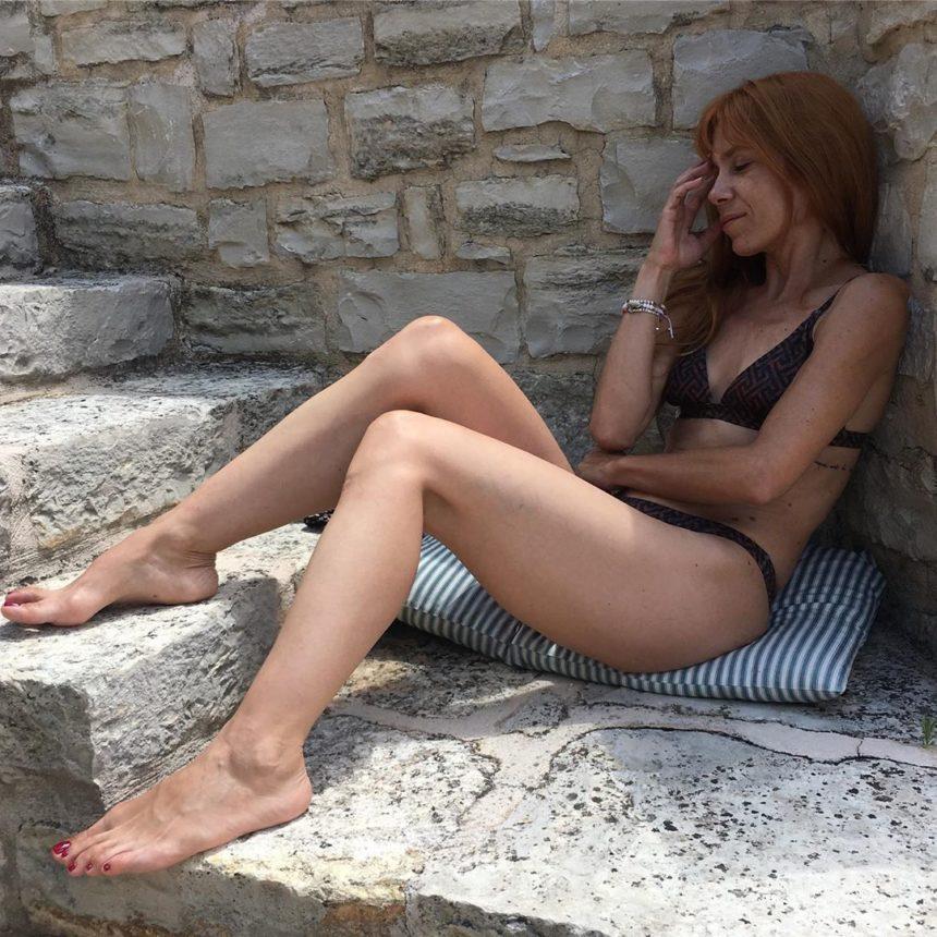 Μυρτώ Αλικάκη: Η θεαματική βουτιά της ηθοποιού από ψηλό βράχο στην Κρήτη! video | tlife.gr