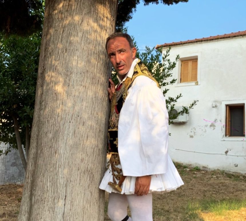 Nίκος Αλιάγας: Ο λεβέντικος χορός του με φουστανέλα στο πανηγύρι στην πατρίδα του! Βίντεο | tlife.gr