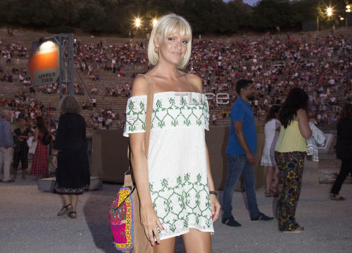Σάσα Σταμάτη: Chic εμφάνιση στην Επίδαυρο! [pics]