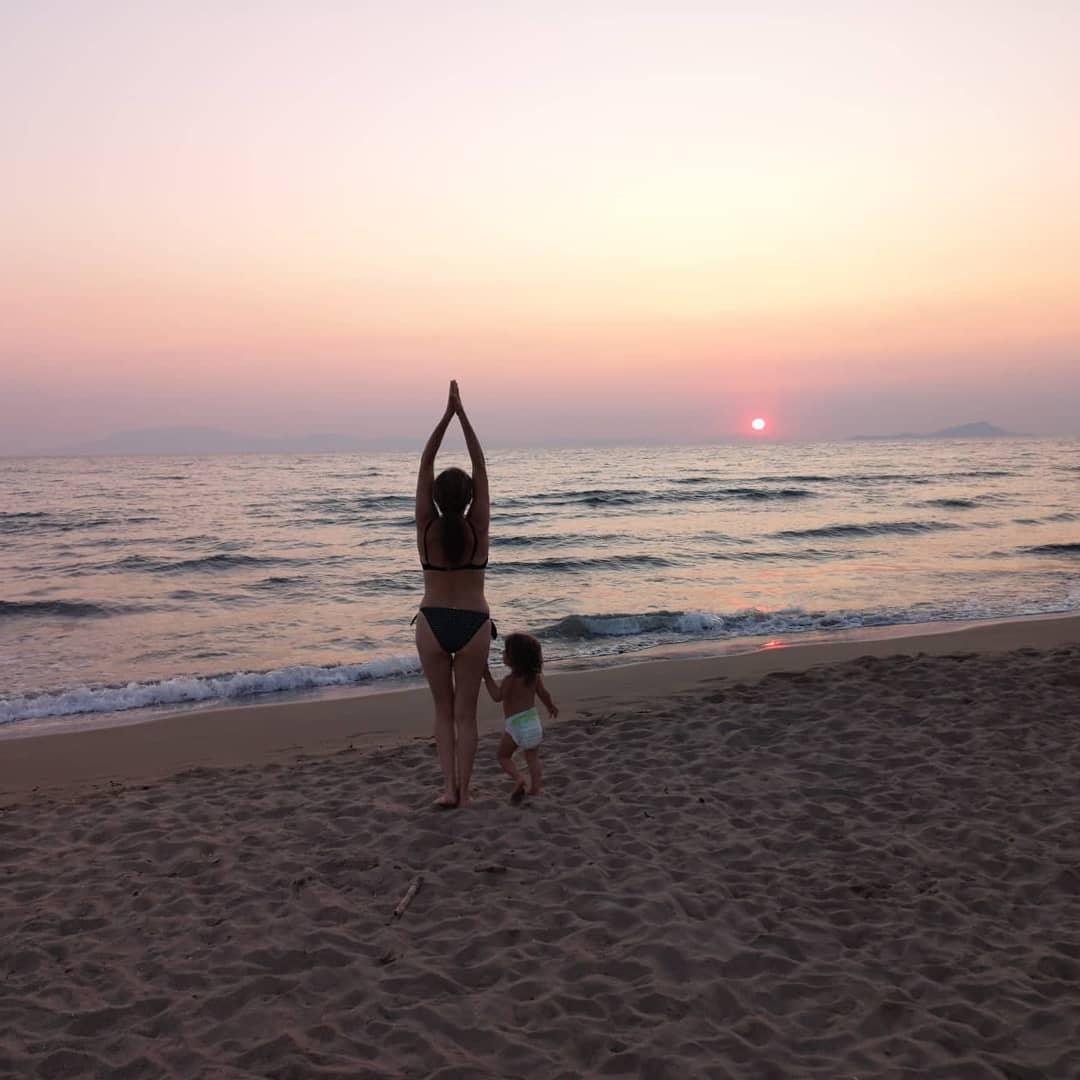 Θεοφανία Παπαθωμά: Στα 47 της φωτογραφίζεται με μπικίνι στην παραλία μαζί με την κόρη της! [pic]