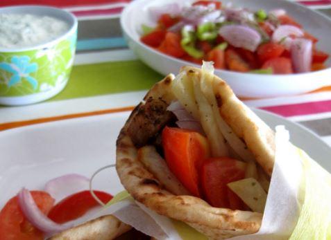 Πόσες θερμίδες έχει ένα σουβλάκι και πόσες μια χωριάτικη σαλάτα… | tlife.gr