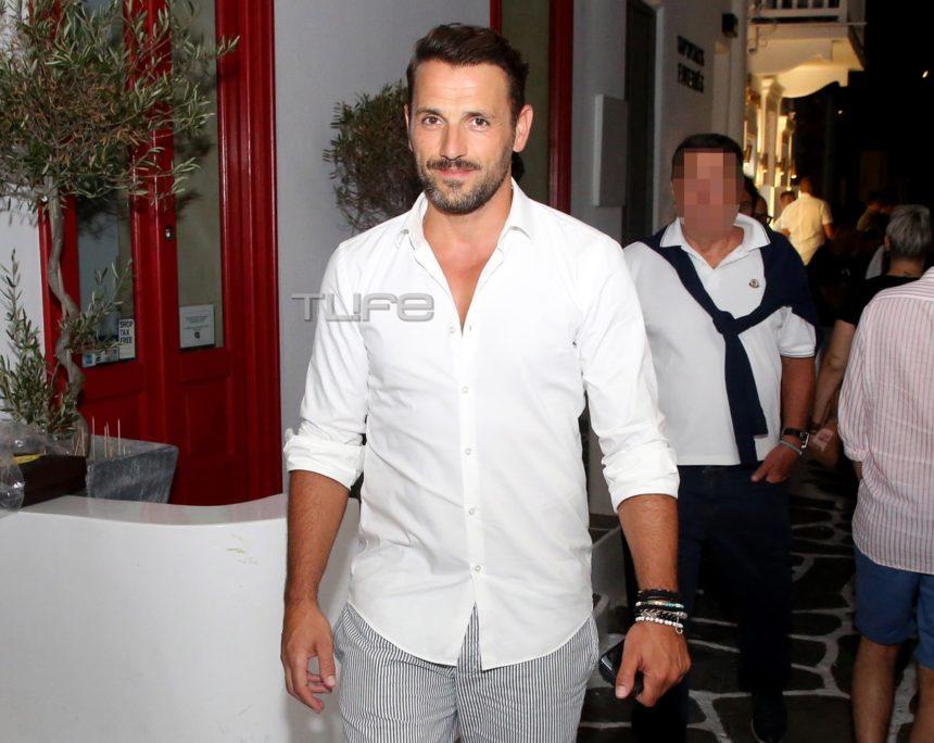 Νίκος Βέρτης: Βραδινή βόλτα στη Μύκονο με casual look [pics] | tlife.gr