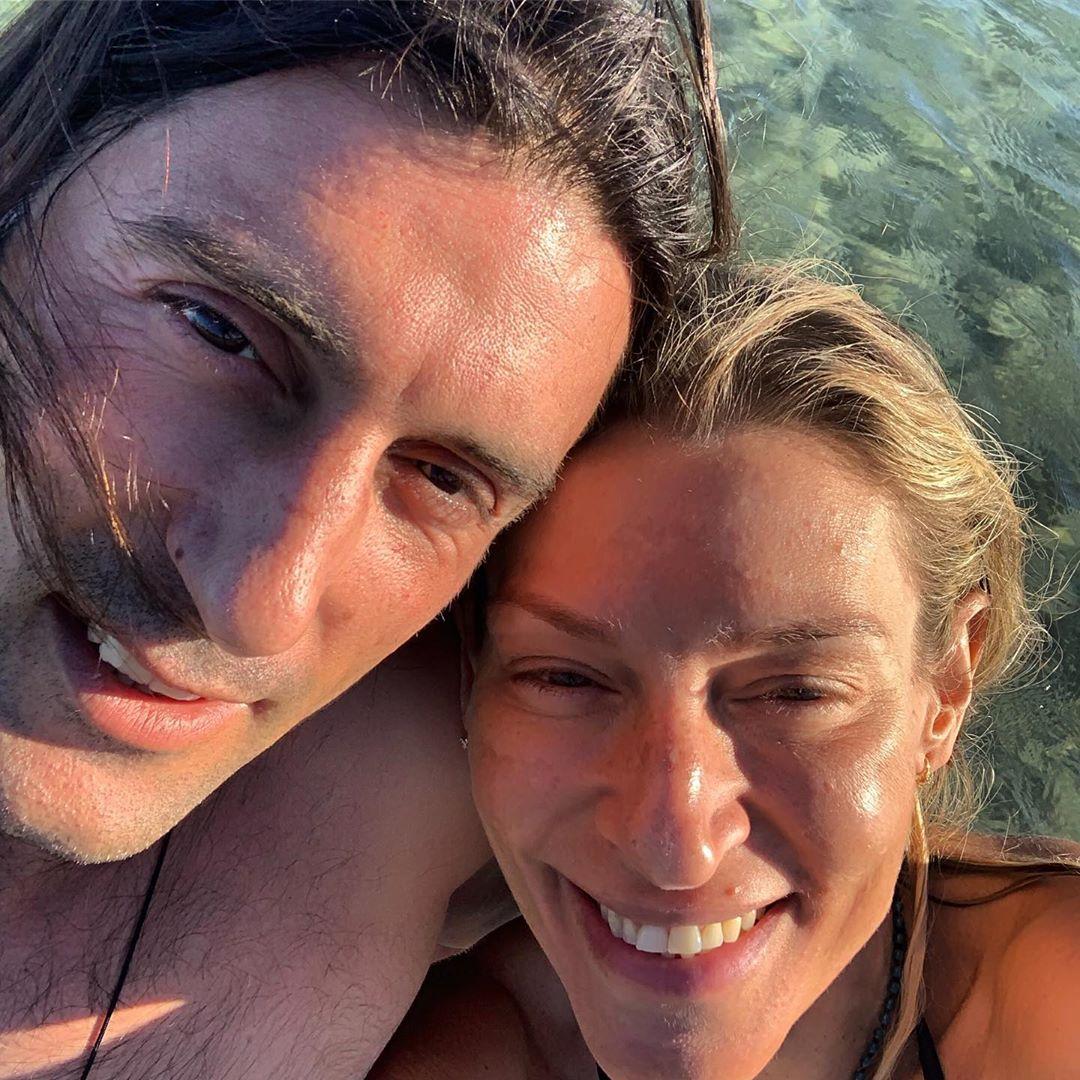 Ζέτα Δούκα: Οι βόλτες με σανίδα στη θάλασσα και η τρυφερή φωτογραφία με τον σύζυγό της