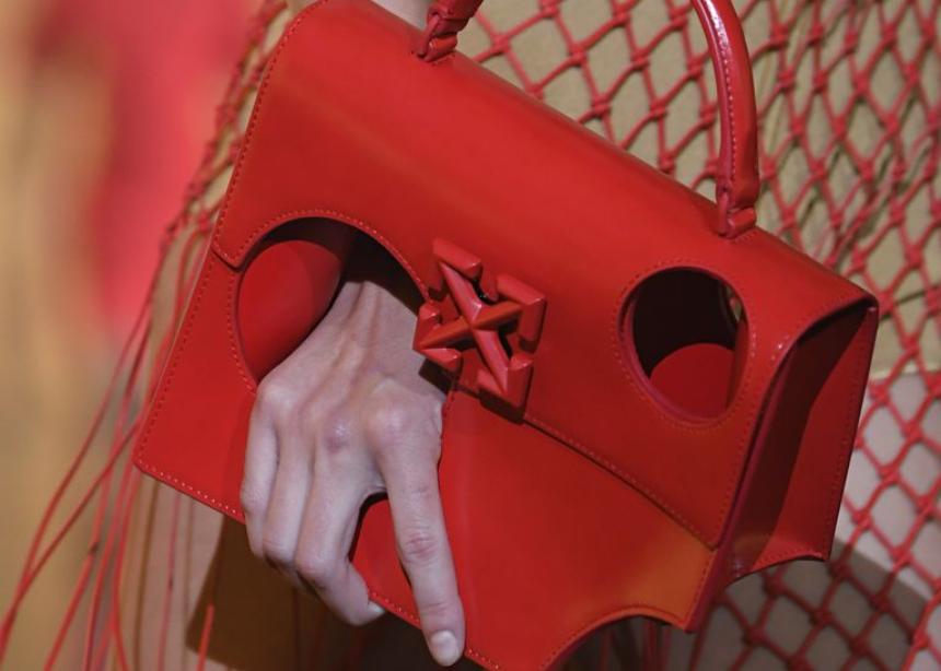 Θα κρατούσες μία τσάντα με…τρύπα;