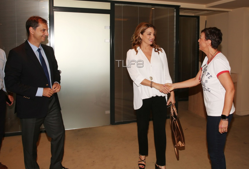 Άντζελα Γκερέκου: Ξεκίνησε δουλειά! Η κομψή εμφάνιση της Προέδρου στα γραφεία του ΕΟΤ [pics]