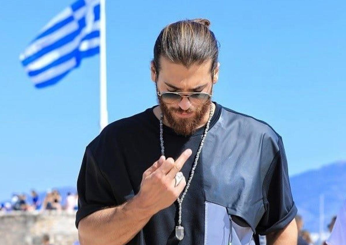 Τζαν Γιαμάν: Τι απαντά ο ίδιος για την «άσεμνη χειρονομία» στην Ακρόπολη! [video] | tlife.gr