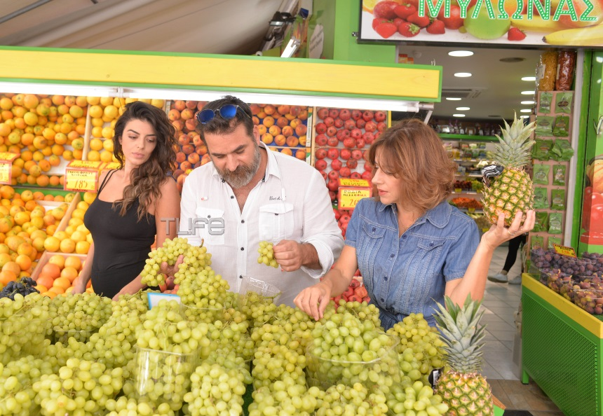 Οι πρωταγωνιστές της παράστασης «Σκούπα» πουλάνε… φρούτα! Φωτογραφίες | tlife.gr