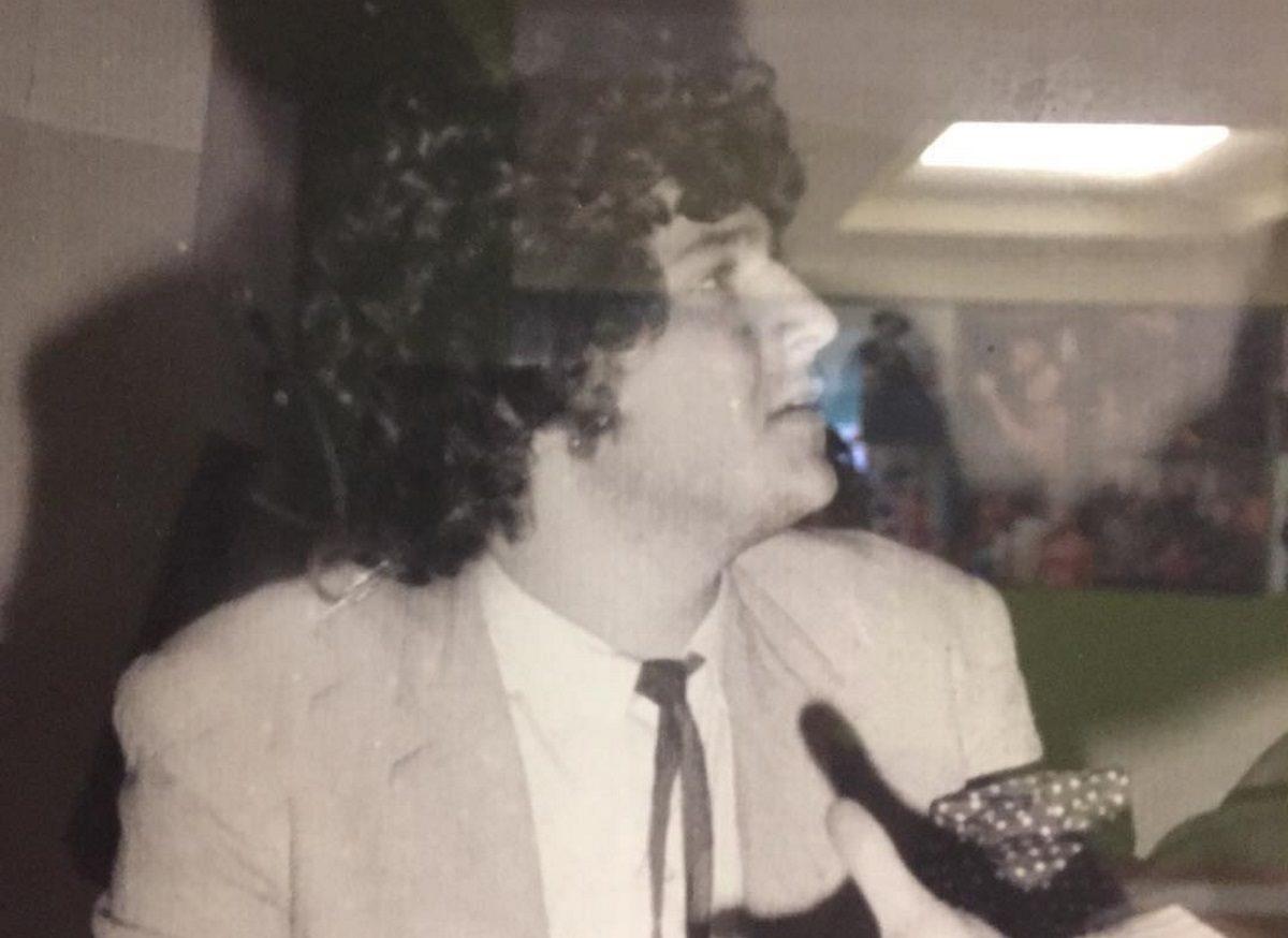 Αναγνωρίζεις τον άνδρα της φωτογραφίας; Είναι γνωστός Έλληνας ηθοποιός [pic]   tlife.gr