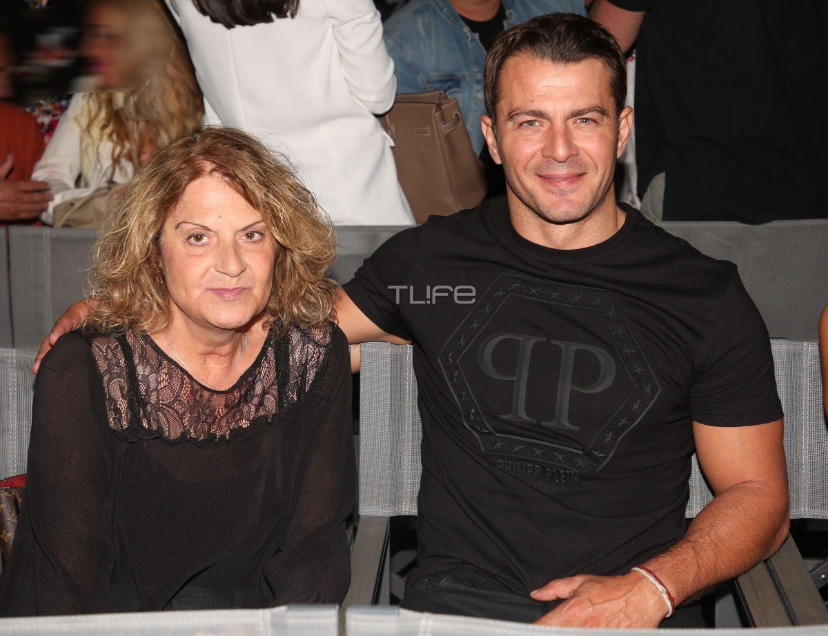 Γιώργος Αγγελόπουλος: Βραδινή έξοδος στο θέατρο μαζί με την μητέρα του [pics] | tlife.gr