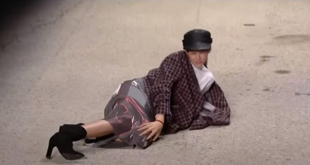 GNTM 2: Η τούμπα παίκτριας στο catwalk – Της βγήκε το γόνατο, έπεσε και αποχώρησε με ασθενοφόρο [video] | tlife.gr
