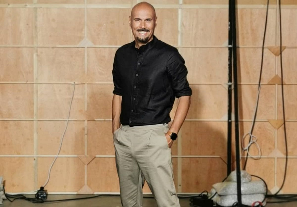 Δημήτρης Σκουλός: Φωτογραφίζει τα μοντέλα του GNTM φορώντας… φούστα! | tlife.gr