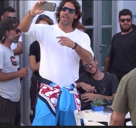 Ο Γιάννης Σπαλιάρας με τον κούκλο συμπρωταγωνιστή του αναστάτωσαν τη Μύκονο! ΒΙΝΤΕΟ | tlife.gr