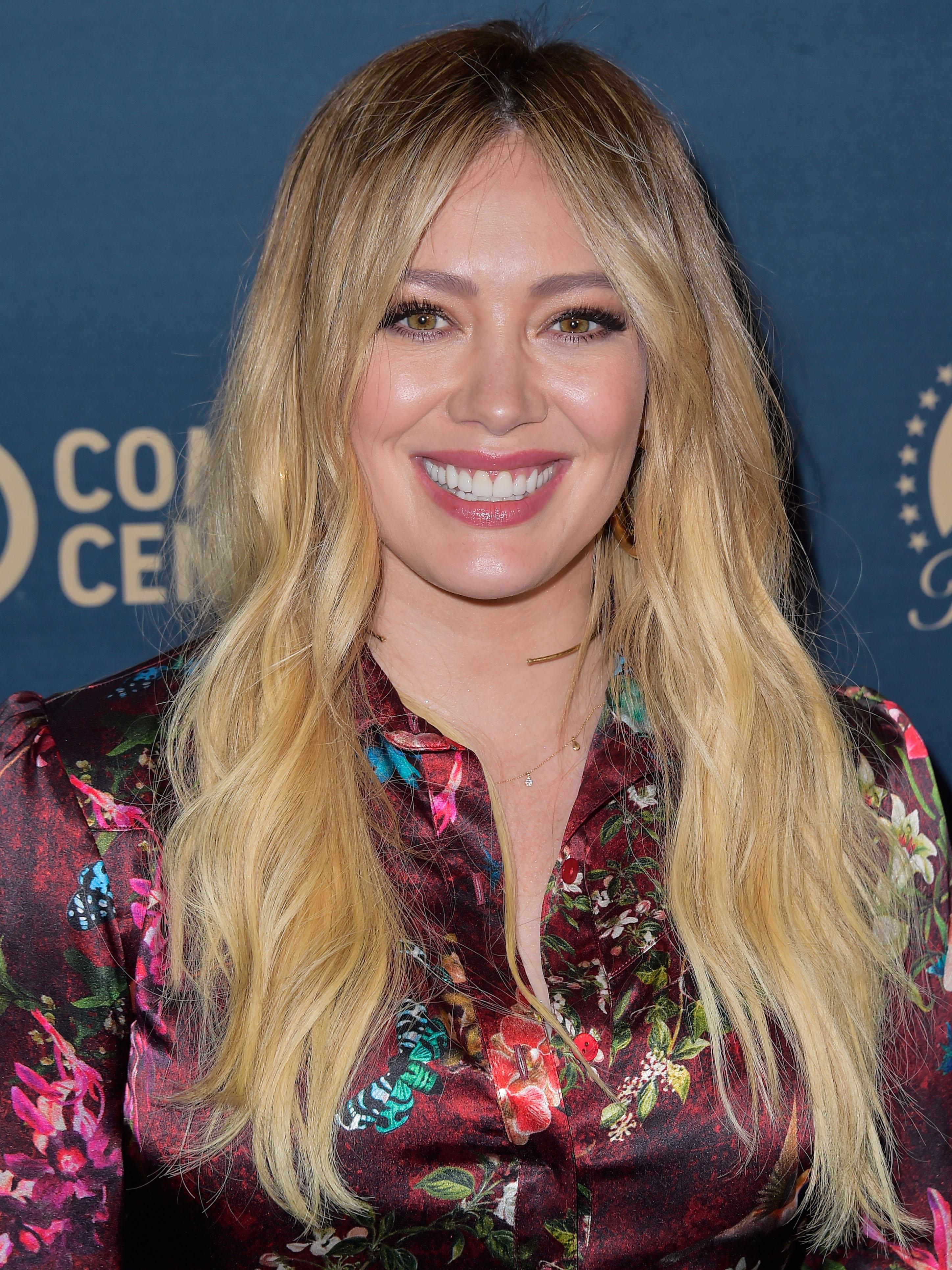 Η Hilary Duff μας δείχνει πώς κάνει το μακιγιάζ της! Πάτησε play!