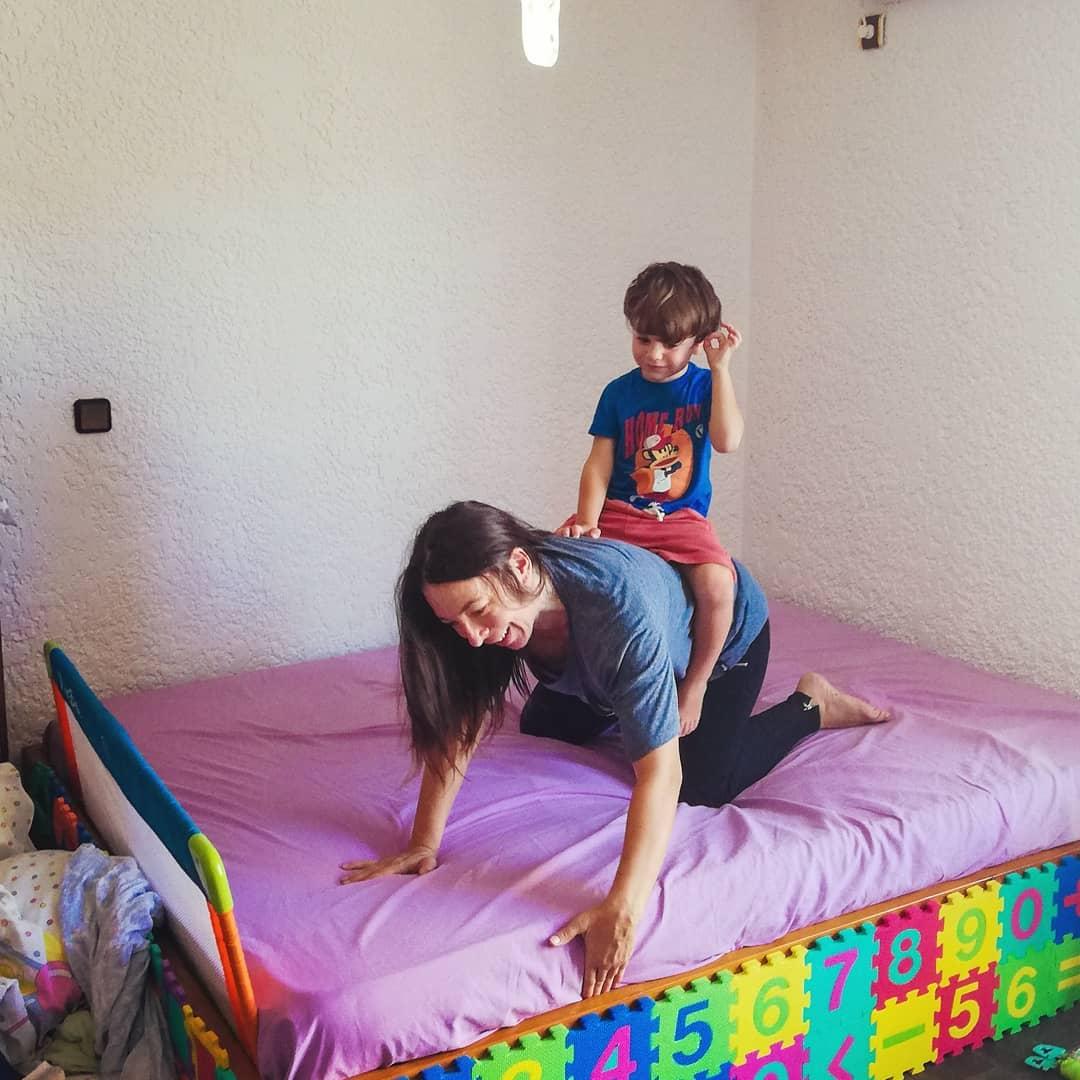 Aλίκη Κατσαβού: Είναι full time μαμά! Τα ατελείωτα παιχνίδια με τον Φοίβο Βουτσά! Βίντεο | tlife.gr