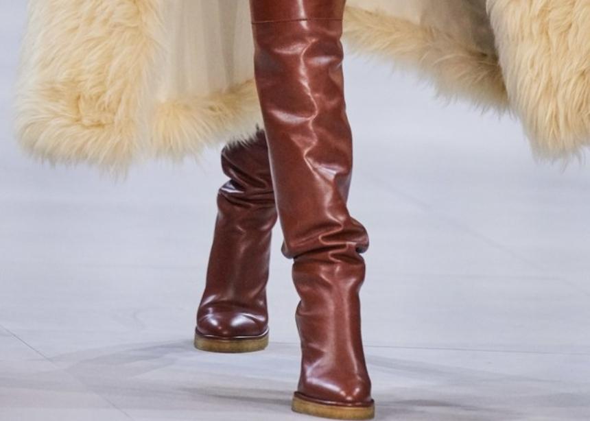 Φοράμε μπότες από τώρα; Η Emrata και η Hailey Bieber το τόλμησαν   tlife.gr