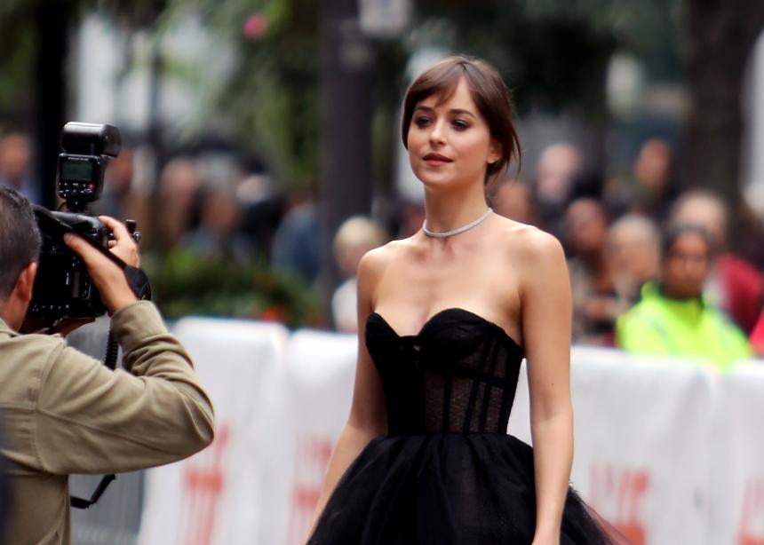 Ψήφισε ποιο από τα δύο epic φορέματα που φόρεσε η Dakota Johnson σου αρέσει περισσότερο;