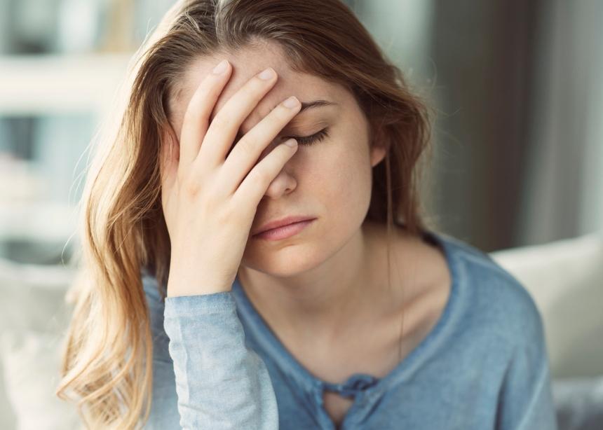 """7 φυσικοί τρόποι για να πεις """"αντίο"""" στον πονοκέφαλο"""