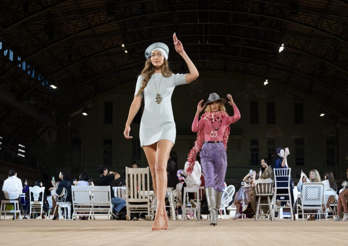 Ακομπλεξάριστη η Gigi Hadid! Έσπασε το τακούνι της και περπάτησε ξυπόλυτη στην πασαρέλα! | tlife.gr