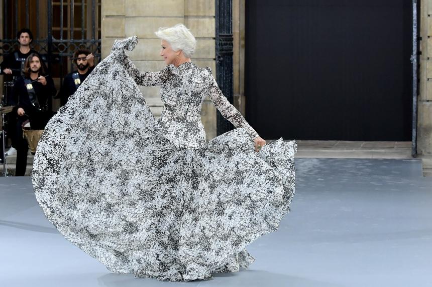 Helen Mirren: Έκανε πασαρέλα στα 74 και ήταν εκπληκτική! [pics,vid] | tlife.gr