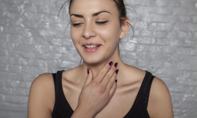 Γιατί «καθαρίζεις» συνέχεια τον λαιμό σου – Δες τις πιθανές αιτίες | tlife.gr