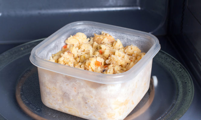 Προσοχή με τα πλαστικά τάπερ φαγητού στον φούρνο μικροκυμάτων! | tlife.gr