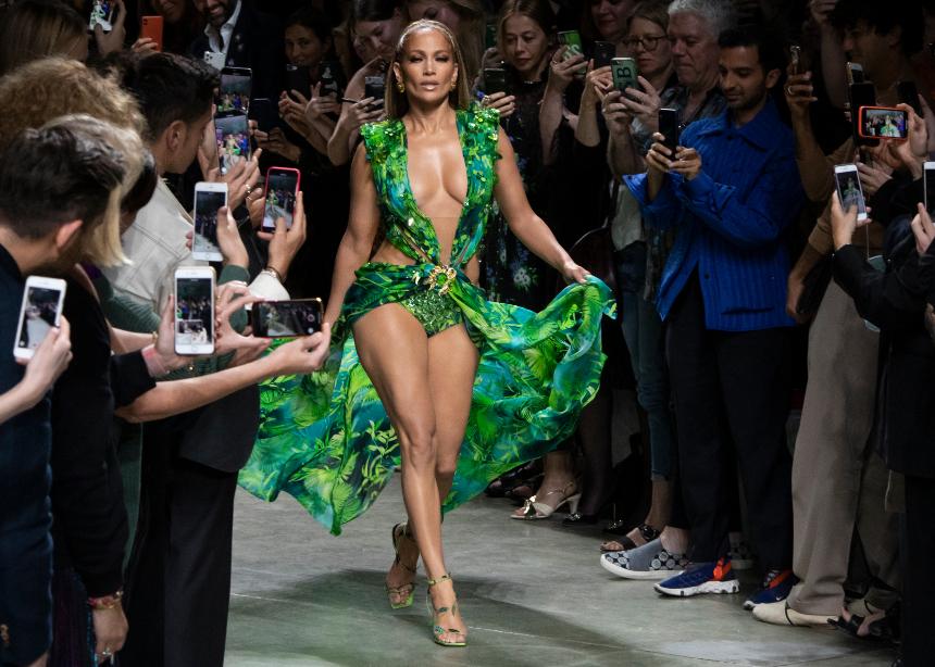 OMG! H Jlo φόρεσε ξανά το epic dress 20 χρόνια μετά στο show του Versace | tlife.gr