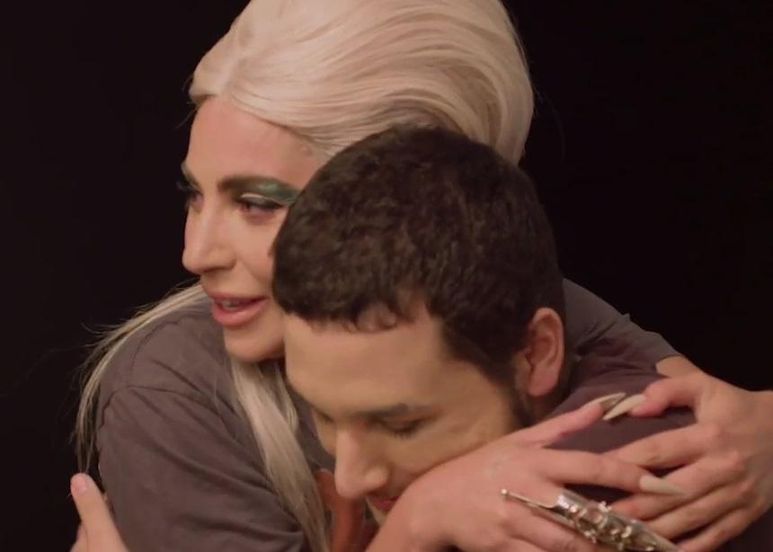 Η Lady Gaga εμφανίστηκε ξαφνικά μπροστά από έναν θαυμαστή της και του έκανε μακιγιάζ! | tlife.gr