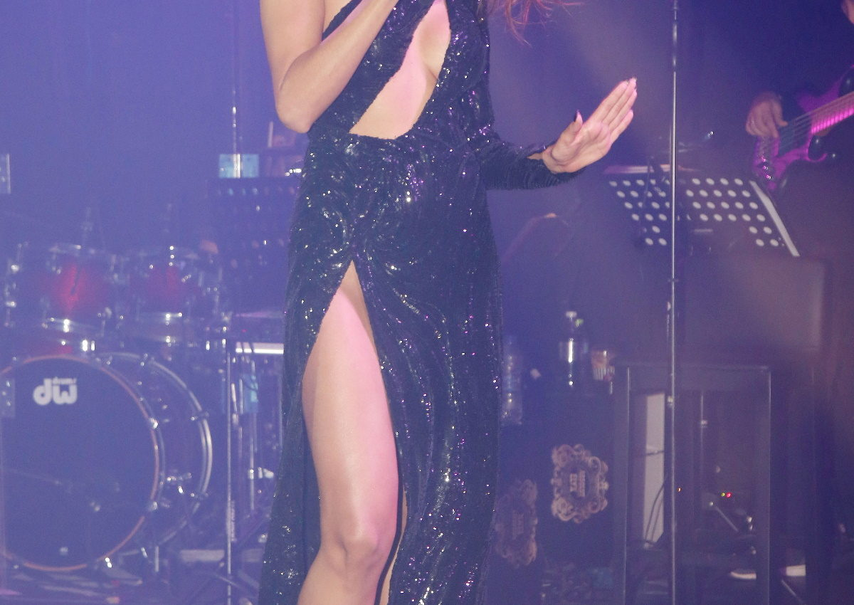 Η Ελληνίδα τραγουδίστρια έβαλε «φωτιά» στην πίστα με την αποκαλυπτική εμφάνισή της! [pics] | tlife.gr