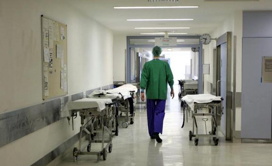 Στο νοσοκομείο γνωστός Έλληνας ηθοποιός – Στο πλευρό του η σύζυγός του | tlife.gr